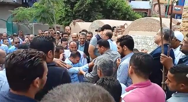 انهيار أسرة عالم الذرة المصرى أبو بكر عبد المنعم أثناء تشييع جثمانه (1)
