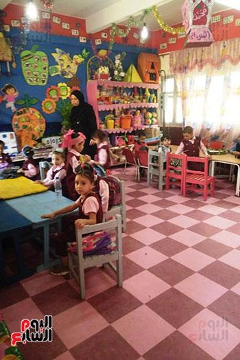 توزيع بالونات وهدايا وألعاب فى أول يوم دراسى (6)