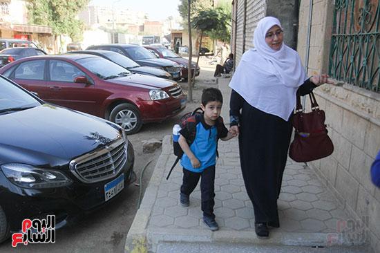 ام اثناء توصيل ابنها  الي  المدرسة