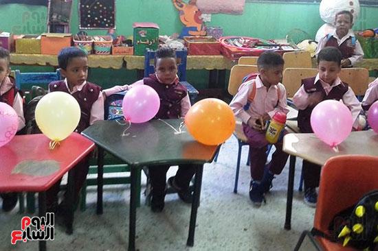 توزيع بالونات وهدايا وألعاب فى أول يوم دراسى (20)