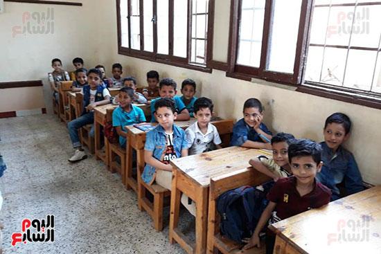 توزيع بالونات وهدايا وألعاب فى أول يوم دراسى (68)