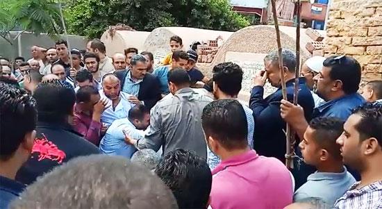 انهيار أسرة عالم الذرة المصرى أبو بكر عبد المنعم أثناء تشييع جثمانه (6)