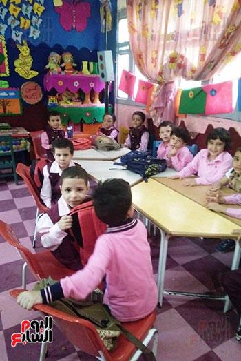 توزيع بالونات وهدايا وألعاب فى أول يوم دراسى (3)