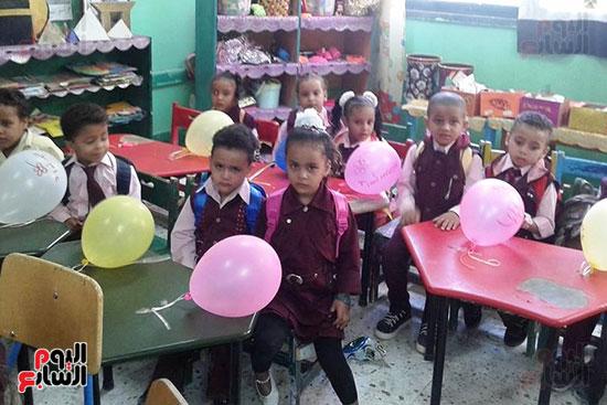 توزيع بالونات وهدايا وألعاب فى أول يوم دراسى (28)