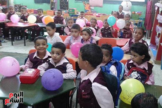 توزيع بالونات وهدايا وألعاب فى أول يوم دراسى (24)