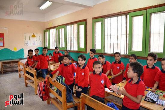 توزيع بالونات وهدايا وألعاب فى أول يوم دراسى (43)
