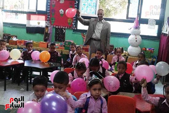 توزيع بالونات وهدايا وألعاب فى أول يوم دراسى (25)