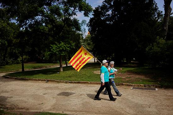 زوجان يرفعان علم إقليم كتالونيا خلال المظاهرات