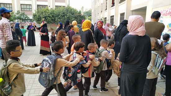 توافد طلاب رياض الأطفال والأول والثانى الابتدائى على المدارس  (4)