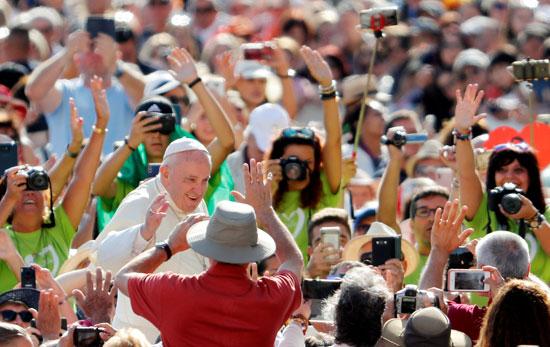 البابا يتبادل التحية مع الحضور