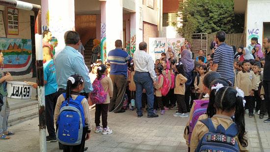 توافد طلاب رياض الأطفال والأول والثانى الابتدائى على المدارس  (7)