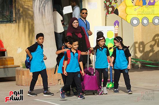 مجموعة من الطلاب اثناء الذهاب الي المدرسة