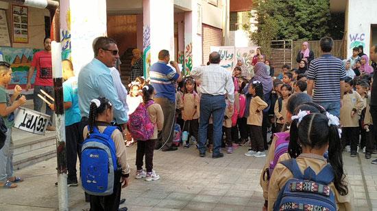 توافد طلاب رياض الأطفال والأول والثانى الابتدائى على المدارس  (6)