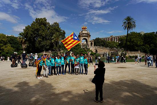 متظاهرون يرفعون العلم الكتالونى