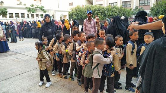 توافد طلاب رياض الأطفال والأول والثانى الابتدائى على المدارس  (2)