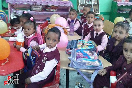 توزيع بالونات وهدايا وألعاب فى أول يوم دراسى (26)