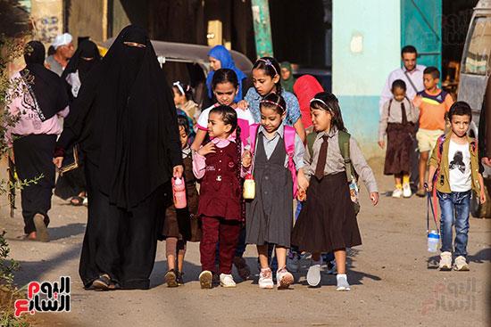 الاباء والامهات في رحلة الصباح مع ابنائهم للمدارس