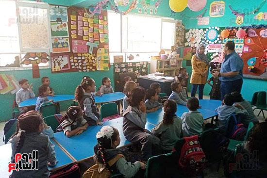 توزيع بالونات وهدايا وألعاب فى أول يوم دراسى (60)