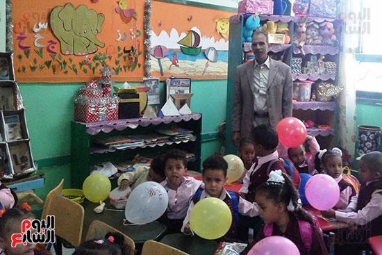 توزيع بالونات وهدايا وألعاب فى أول يوم دراسى (22)