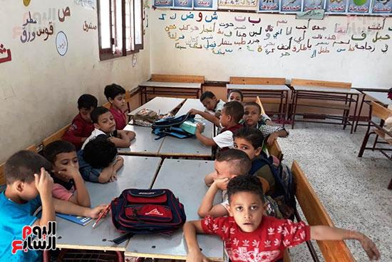 توزيع بالونات وهدايا وألعاب فى أول يوم دراسى (66)