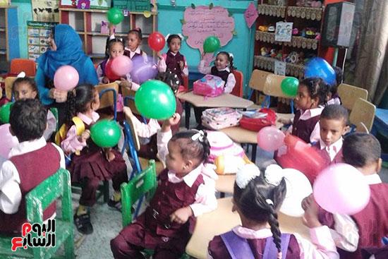 توزيع بالونات وهدايا وألعاب فى أول يوم دراسى (23)