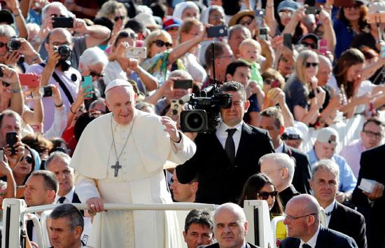 البابا فى طريقه لعقد اللقاء الأسبوعى