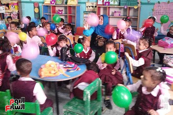 توزيع بالونات وهدايا وألعاب فى أول يوم دراسى (29)