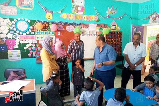 توزيع بالونات وهدايا وألعاب فى أول يوم دراسى (63)