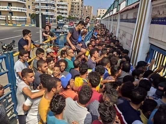 زحام المواطنين على منافذ بيع تذاكر مبارة الإسماعيلى وأهلى بنى غازى (2)