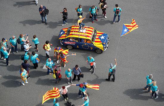 العلم الكتالونى يزين السيارات