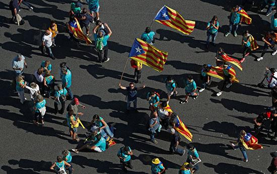 المتظاهرون يرفعون العلم الكتالونى