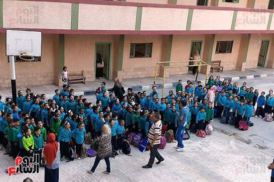 توزيع بالونات وهدايا وألعاب فى أول يوم دراسى (52)