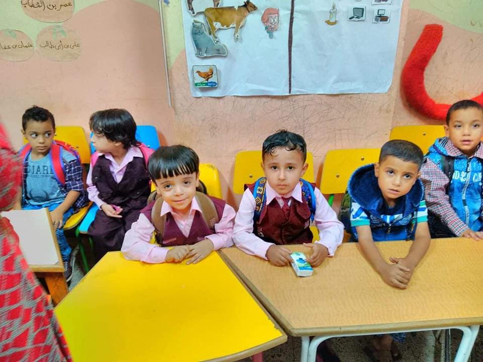 جانب من استقبال الطلاب بالمدارس (6)