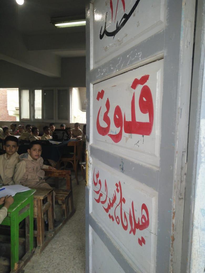 جانب من استقبال الطلاب بالمدارس (38)