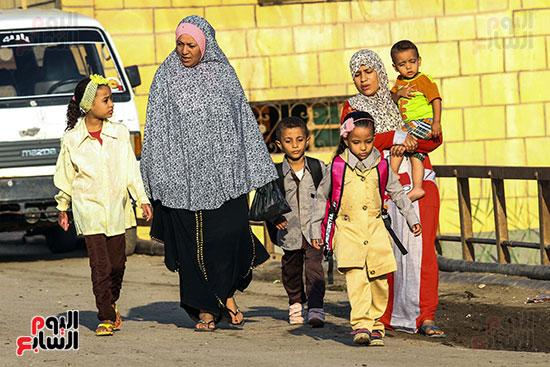 الطلاب مع أمهاتهم للذهاب للمدرسة