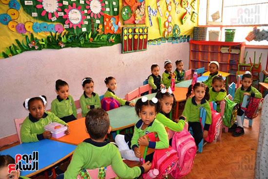 توزيع بالونات وهدايا وألعاب فى أول يوم دراسى (45)