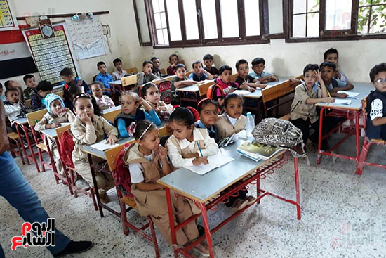توزيع بالونات وهدايا وألعاب فى أول يوم دراسى (71)