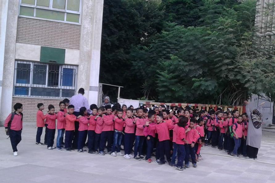 جانب من استقبال الطلاب بالمدارس (5)