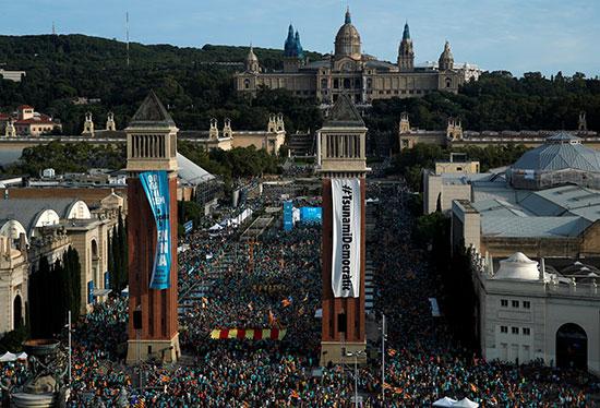 آلاف الكتالونيين يتظاهرون أمام البرلمان