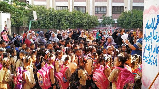 توافد طلاب رياض الأطفال والأول والثانى الابتدائى على المدارس  (8)