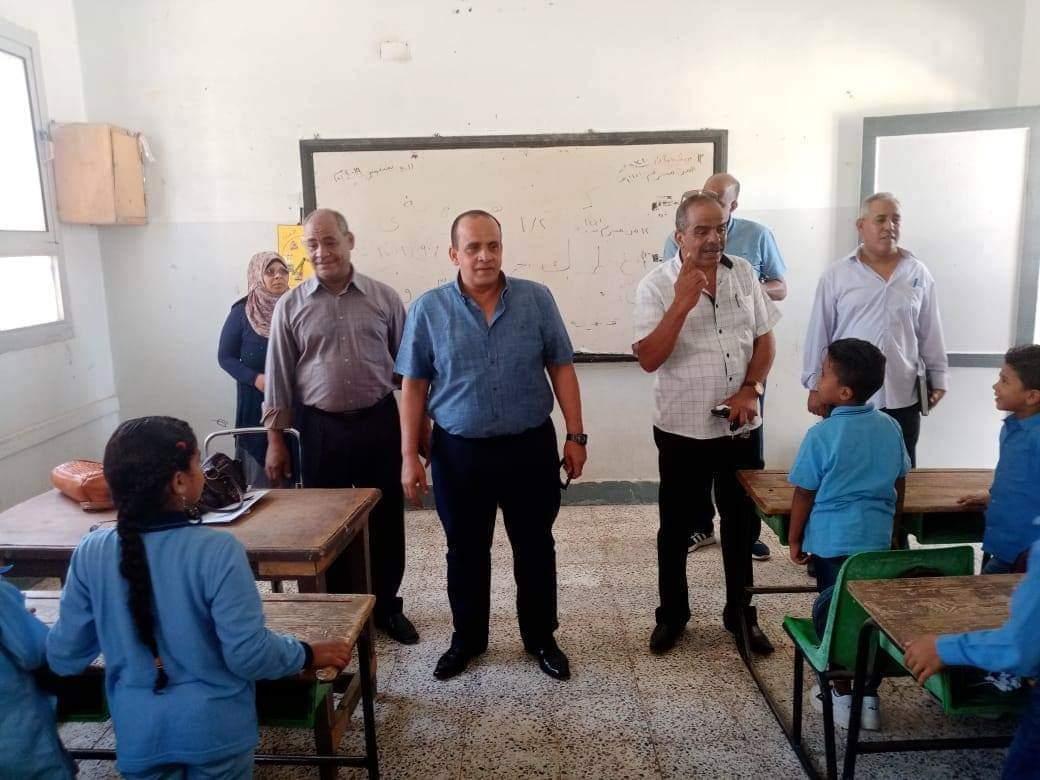جانب من استقبال الطلاب بالمدارس (8)