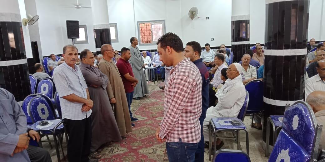 أسرة الدكتور ابو بكر عبد المنعم تتلقى عزاءه بمسقط رأسه بكفر شكر (1)