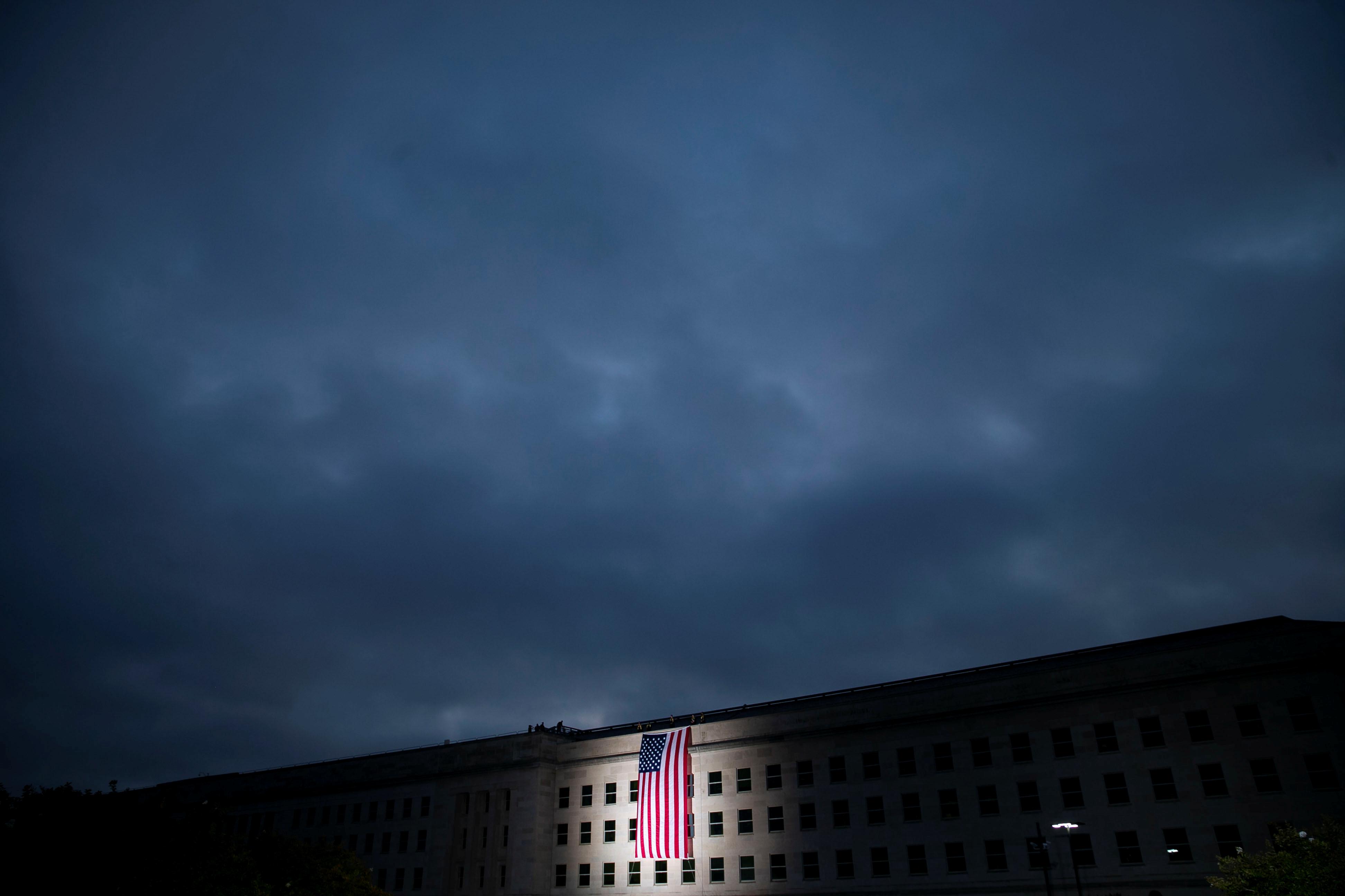 تنكيس الأعلام أحد مظاهر الحداد بأمريكا