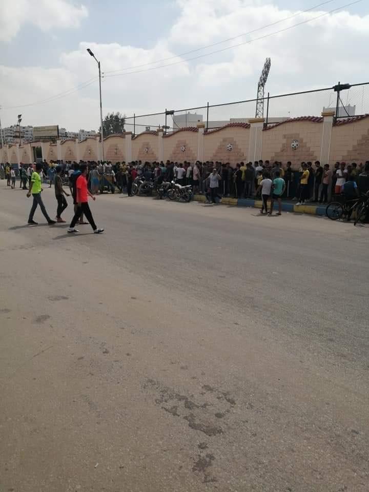زحام المواطنين على منافذ بيع تذاكر مبارة الإسماعيلى وأهلى بنى غازى (1)