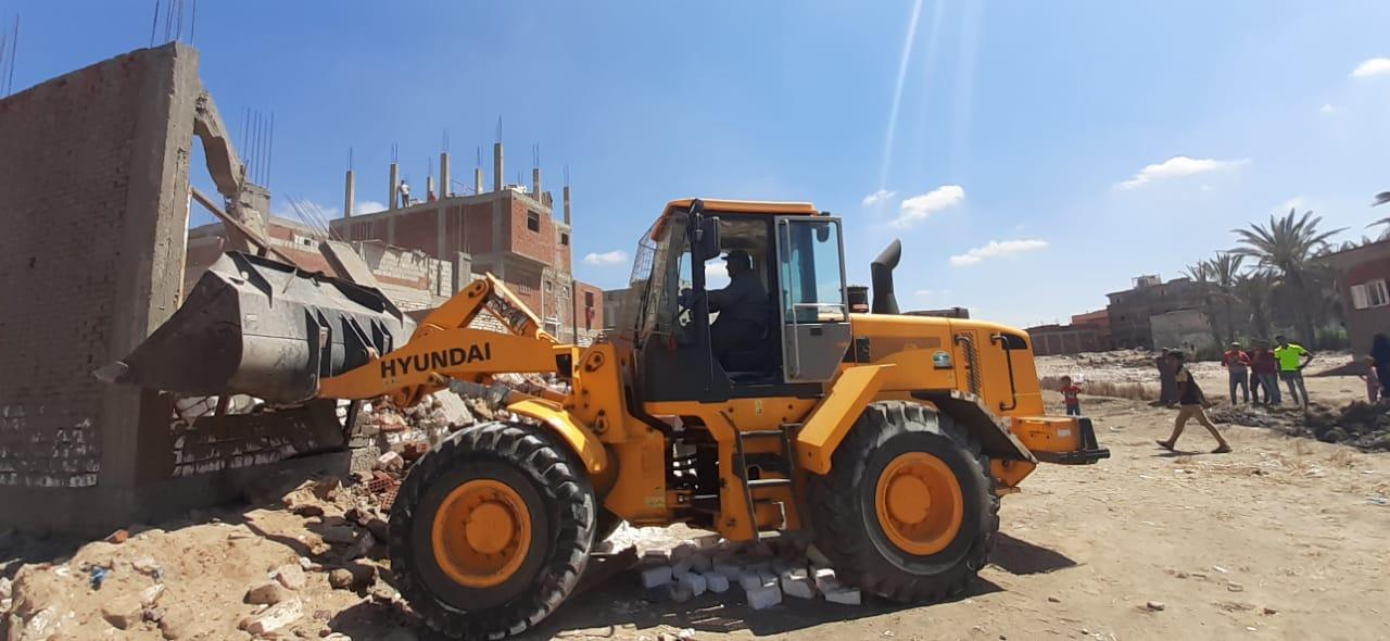 التصدى لـ 4 حالات بناء مخالف وإزالة تعديات على الاراضى الزراعية (3)