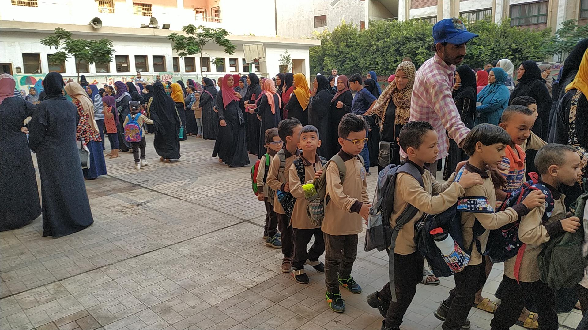 توافد طلاب رياض الأطفال والأول والثانى الابتدائى على المدارس (3)