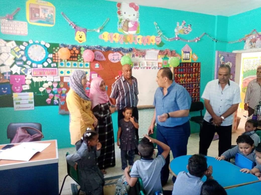 جانب من استقبال الطلاب بالمدارس (13)