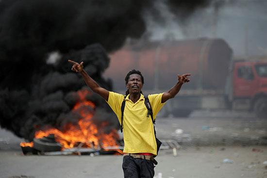 متظاهر يسير أثناء الاحتجاجات