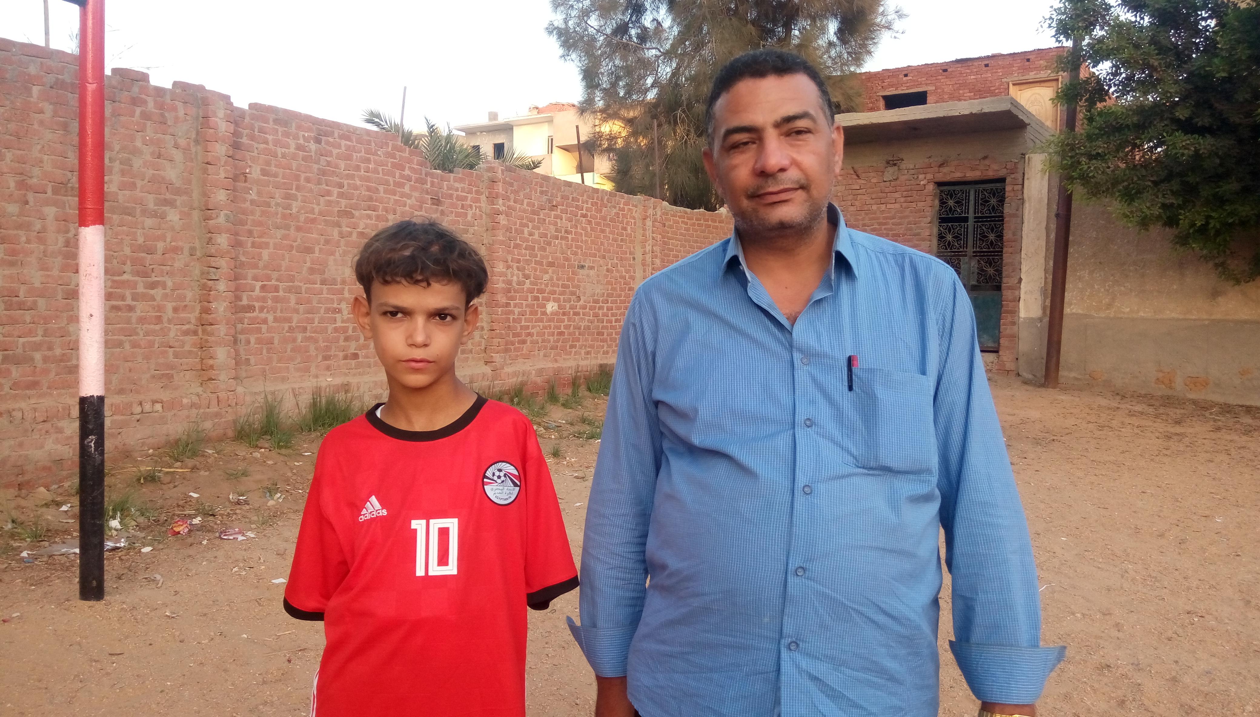 طفل هزم فقدان ذراعيه باحتراف كرة القدم فى الشرقية (7)