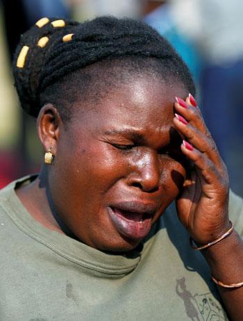 بكاء سيدة على وفاة موجابى
